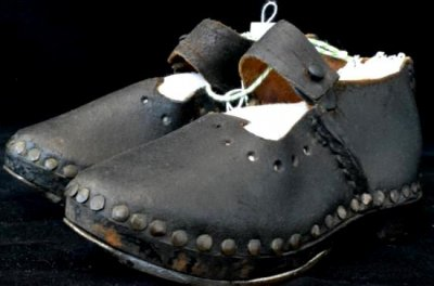 子供の黒い革の木靴(登山靴) Made in England