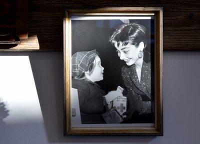 Audrey Hepburn 写真  Red Cross アンティークフレーム入