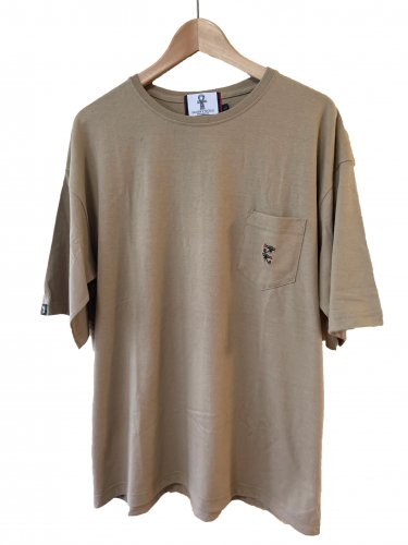 <img class='new_mark_img1' src='https://img.shop-pro.jp/img/new/icons15.gif' style='border:none;display:inline;margin:0px;padding:0px;width:auto;' />Embroidery pocket T-shirt【sand】