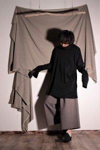 tokubetsu-made by katari- くしゅくしゅネックのロングロングT ブラック ユニセックス