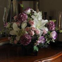 お供えの花 カサブランカとシャクヤクとバラのフラワーアレンジメント ピンク・パープル 【高級造花】