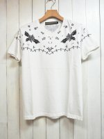 <img class='new_mark_img1' src='https://img.shop-pro.jp/img/new/icons14.gif' style='border:none;display:inline;margin:0px;padding:0px;width:auto;' />【AYUITE】YOKE STITCH PRINT V NECK T-SHIRT(WHITE)