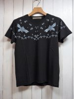 <img class='new_mark_img1' src='https://img.shop-pro.jp/img/new/icons14.gif' style='border:none;display:inline;margin:0px;padding:0px;width:auto;' />【AYUITE】YOKE STITCH PRINT V NECK T-SHIRT(BLACK)