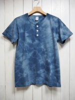 <img class='new_mark_img1' src='https://img.shop-pro.jp/img/new/icons14.gif' style='border:none;display:inline;margin:0px;padding:0px;width:auto;' />【VELVA SHEEN】TIE-DYE S/S HENRY TEE(NAVY)