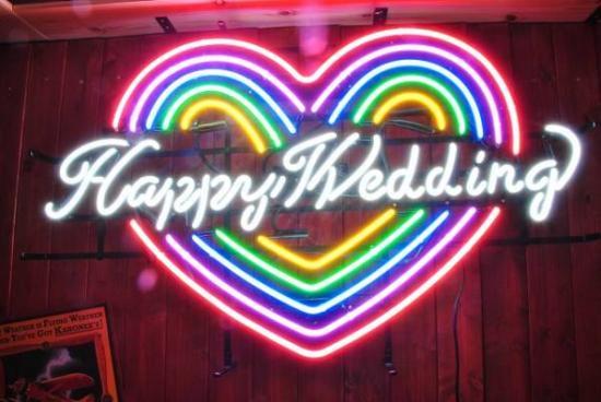 虹色のハート型にハッピーウェディングの文字があるカラフルなネオン