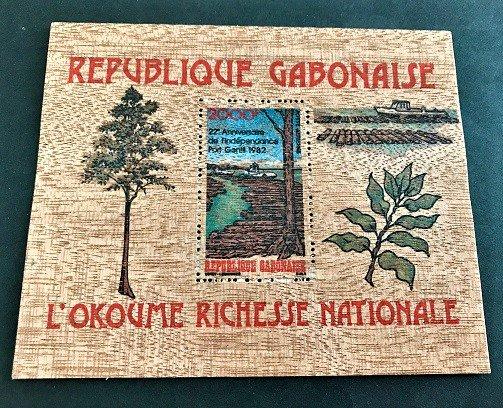 世界最初の木製切手☆ガボン1982年独立22年小型シート
