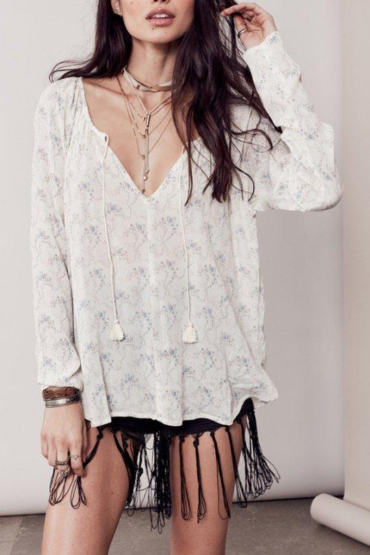 LOVESTITCHのZohraBlouse/海外ファッションが好きな大人カジュアルのためのLOVESTITCH(ラブステッチ)のトップスやシャツ・ブラウス。可憐な小花柄の柔らかトップス。甘めの柄なので、着用モデルの様にブラックのボトムやクラッシュデニムのショートパンツなどと合わせるのがおすすめ。/main-16