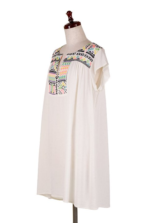 LOVESTITCHのDelaDressカラフル刺繍・ミニワンピース/海外ファッションが好きな大人カジュアルのためのLOVESTITCH(ラブステッチ)のワンピースやミニワンピース。発色の良い刺繍がポイントのミニワンピース。ネイティブ柄をポップにアレンジしたボヘミアンなアイテムです。/main-1