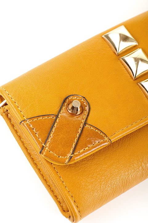 meliebiancoのBritney/海外ファッション好きにオススメのインポートバッグとかばん、MelieBianco(メリービアンコ)のバッグやクラッチバッグ。大きめのピラミッドスタッズがアクセントのお財布。スタッズはもちろんですが、サイドのメタルタッセルもかなりカワイイおすすめポイントです。/main-7