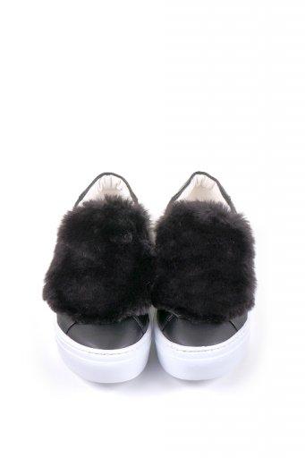海外ファッションや大人カジュアルに最適なインポートセレクトアイテムのDetachable Fur Patched Sneaker