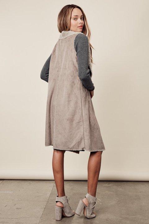 LOVESTITCHのElsaVest/海外ファッションが好きな大人カジュアルのためのLOVESTITCH(ラブステッチ)のアウターやカーディガン。しっとりとしたムートン地のドレープ・ジレ。表側は高級感のあるヌバック調で、内側の起毛部分は頬擦りしたくなるような柔らかさです。/main-13