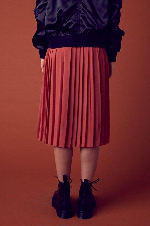 CottonCandyLAのPleatsPleaseSkirt/セクシーさのある大人カジュアルブランドCottonCandyL.A.(コットンキャンディーL.A.)のボトムやスカート。キレイ目にもカジュアルにも大活躍のプリーツスカート。程よいレングスと合わせやすいカラーで、肌触りの良い裏地も付いています。/main-12