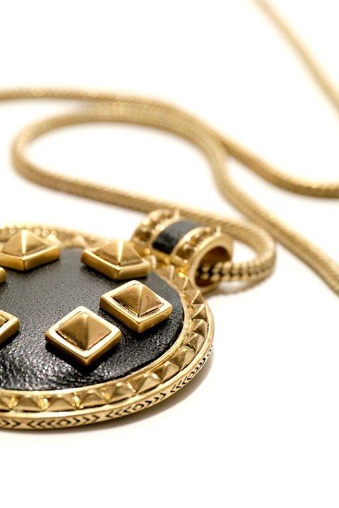 HouseOfHarlow1960のHeliconMedallionNecklace/ニコールリッチーが手掛けるアクセサリーブランド、HouseOfHarlow1960(ハウスオブハーロウ)のアクセサリーやネックレス。ブラック&ゴールドの人気のコンビネーションカラーのネックレス。ゴールドのスタッズにブラックのレザーが高級感を醸し出します。/main-5