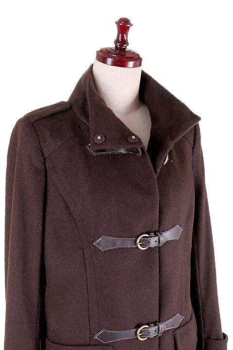 France直輸入のFrontBuckleCoat大人カジュアルに最適な海外ファッションのothers(その他インポートアイテム)のアウターやコート。フロントのストラップがアクセントのコート。カーキのカラーリングや肩のエポレットはどことなくミリタリーの雰囲気もあります。/main-5