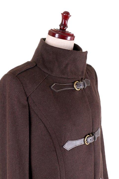 France直輸入のFrontBuckleCoat大人カジュアルに最適な海外ファッションのothers(その他インポートアイテム)のアウターやコート。フロントのストラップがアクセントのコート。カーキのカラーリングや肩のエポレットはどことなくミリタリーの雰囲気もあります。/main-6