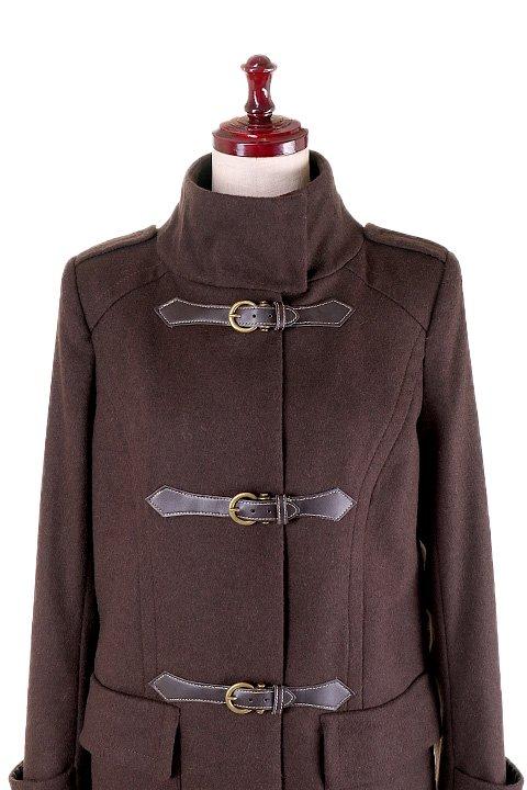 France直輸入のFrontBuckleCoat大人カジュアルに最適な海外ファッションのothers(その他インポートアイテム)のアウターやコート。フロントのストラップがアクセントのコート。カーキのカラーリングや肩のエポレットはどことなくミリタリーの雰囲気もあります。/main-7
