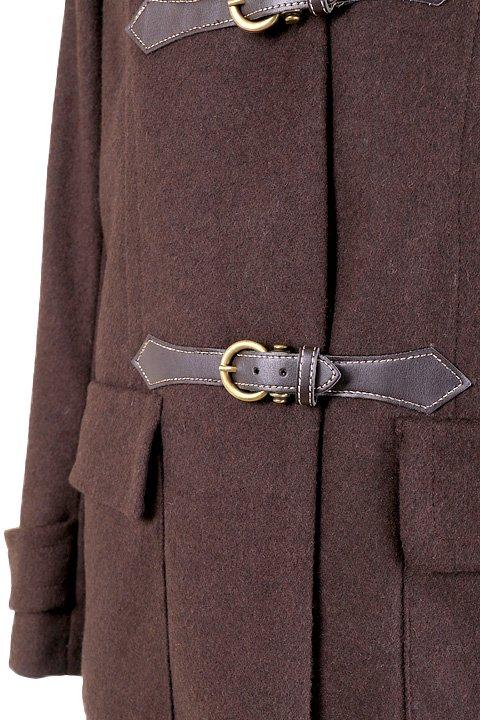 France直輸入のFrontBuckleCoat大人カジュアルに最適な海外ファッションのothers(その他インポートアイテム)のアウターやコート。フロントのストラップがアクセントのコート。カーキのカラーリングや肩のエポレットはどことなくミリタリーの雰囲気もあります。/main-8