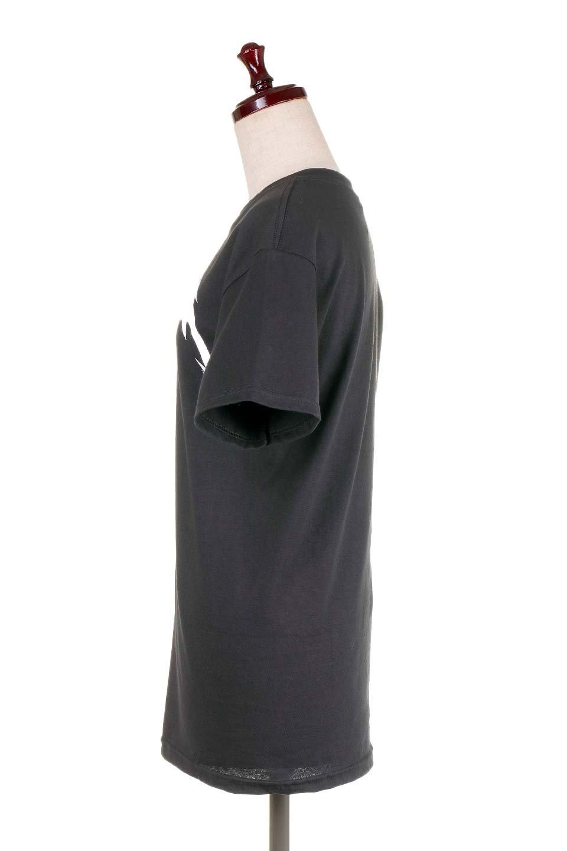 MetallicaBlackandWhiteLogo大人カジュアルに最適な海外ファッションのothers(その他インポートアイテム)のトップスやTシャツ。フェススタイルから普段着まで、デニムショーツやマキシスカート、組み合わせには困らないバンドT。女性に合わせやすいようにメンズサイズのSをセレクト。/main-2