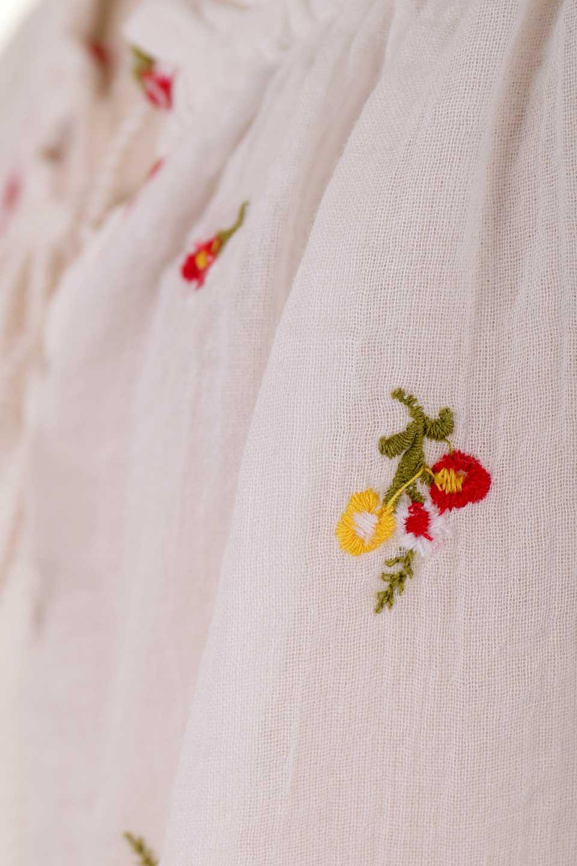 LOVESTITCHのOliviaTop/海外ファッションが好きな大人カジュアルのためのLOVESTITCH(ラブステッチ)のトップスやカットソー。白地に可憐な赤い小花柄が可愛らしいカットソー。首繰りはゴムなので、オフショルとしても楽しむ事ができます。/main-15