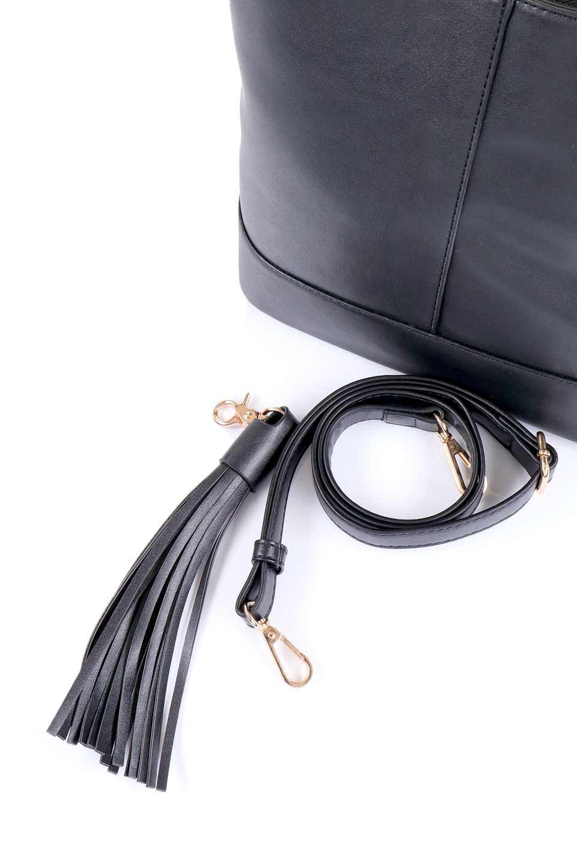 meliebiancoのDarla(Black)/海外ファッション好きにオススメのインポートバッグ、MelieBianco(メリービアンコ)のバッグやハンドバッグ。ちょうど良いサイズ感のシンプルハンドバッグシボの無いツルンとした質感のマテリアルがフェミニンで上品な印象のバッグ。取り外しのできる大きめタッセルは、バッグとお揃いのキーホルダーにするのもGood.両手をフリーにしたい時に便利なショルダーストラップも付属しています。/main-10