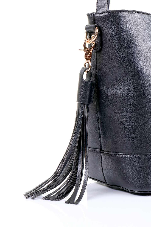 meliebiancoのDarla(Black)/海外ファッション好きにオススメのインポートバッグ、MelieBianco(メリービアンコ)のバッグやハンドバッグ。ちょうど良いサイズ感のシンプルハンドバッグシボの無いツルンとした質感のマテリアルがフェミニンで上品な印象のバッグ。取り外しのできる大きめタッセルは、バッグとお揃いのキーホルダーにするのもGood.両手をフリーにしたい時に便利なショルダーストラップも付属しています。/main-7