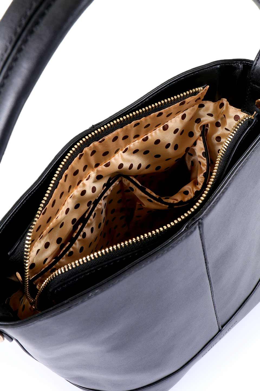 meliebiancoのDarla(Black)/海外ファッション好きにオススメのインポートバッグ、MelieBianco(メリービアンコ)のバッグやハンドバッグ。ちょうど良いサイズ感のシンプルハンドバッグシボの無いツルンとした質感のマテリアルがフェミニンで上品な印象のバッグ。取り外しのできる大きめタッセルは、バッグとお揃いのキーホルダーにするのもGood.両手をフリーにしたい時に便利なショルダーストラップも付属しています。/main-8