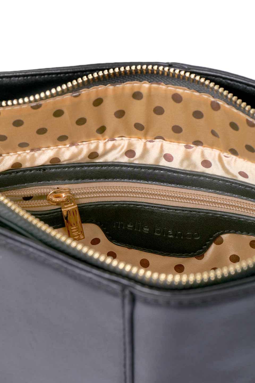 meliebiancoのDarla(Black)/海外ファッション好きにオススメのインポートバッグ、MelieBianco(メリービアンコ)のバッグやハンドバッグ。ちょうど良いサイズ感のシンプルハンドバッグシボの無いツルンとした質感のマテリアルがフェミニンで上品な印象のバッグ。取り外しのできる大きめタッセルは、バッグとお揃いのキーホルダーにするのもGood.両手をフリーにしたい時に便利なショルダーストラップも付属しています。/main-9