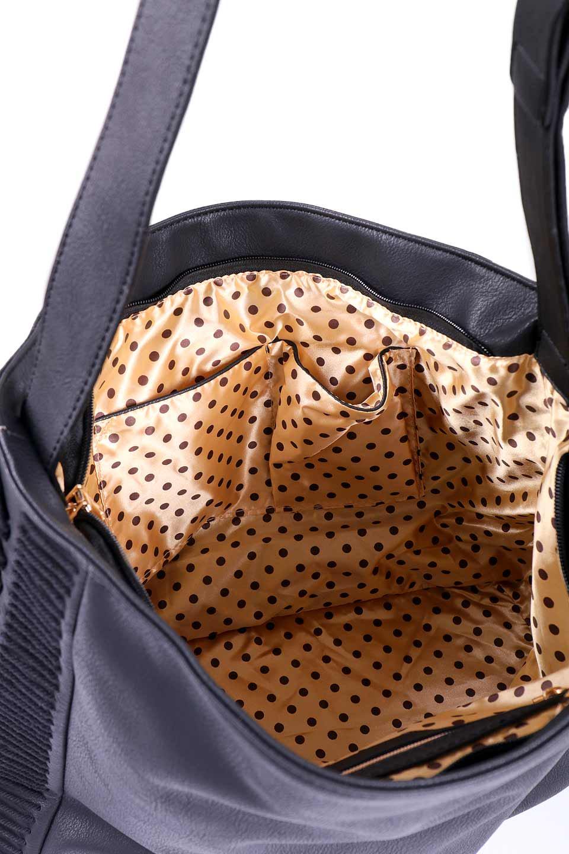 meliebiancoのPeyton(Black)ブロガースタイルショルダーバッグ/海外ファッション好きにオススメのインポートバッグとかばん、MelieBianco(メリービアンコ)のバッグやショルダーバッグ。たっぷり容量が嬉しいシックなショルダーバッグ。オールブラックにゴールドのバックルがアクセントになったデザイン。/main-10