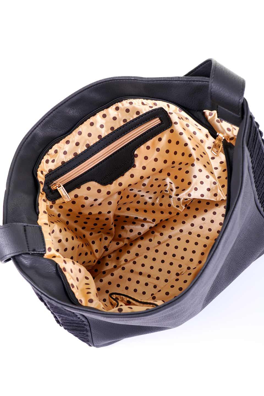 meliebiancoのPeyton(Black)ブロガースタイルショルダーバッグ/海外ファッション好きにオススメのインポートバッグとかばん、MelieBianco(メリービアンコ)のバッグやショルダーバッグ。たっぷり容量が嬉しいシックなショルダーバッグ。オールブラックにゴールドのバックルがアクセントになったデザイン。/main-11