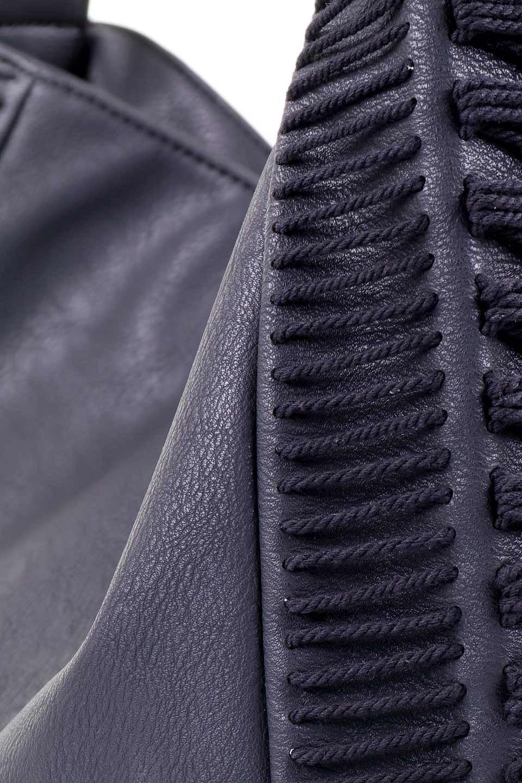 meliebiancoのPeyton(Black)ブロガースタイルショルダーバッグ/海外ファッション好きにオススメのインポートバッグとかばん、MelieBianco(メリービアンコ)のバッグやショルダーバッグ。たっぷり容量が嬉しいシックなショルダーバッグ。オールブラックにゴールドのバックルがアクセントになったデザイン。/main-6