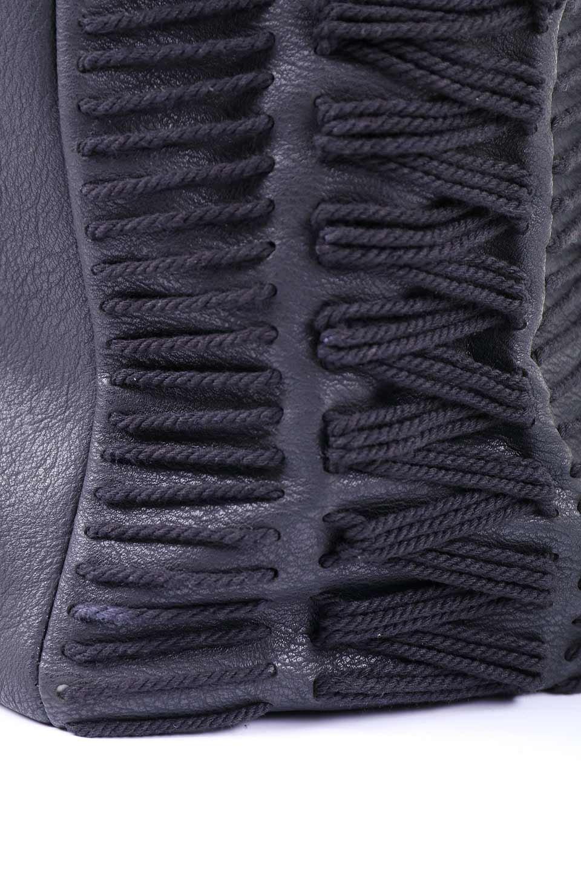 meliebiancoのPeyton(Black)ブロガースタイルショルダーバッグ/海外ファッション好きにオススメのインポートバッグとかばん、MelieBianco(メリービアンコ)のバッグやショルダーバッグ。たっぷり容量が嬉しいシックなショルダーバッグ。オールブラックにゴールドのバックルがアクセントになったデザイン。/main-7
