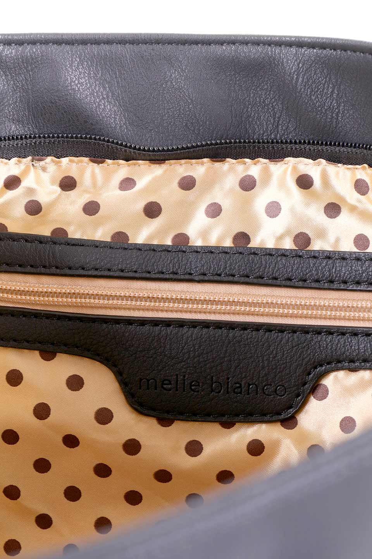 meliebiancoのPeyton(Black)ブロガースタイルショルダーバッグ/海外ファッション好きにオススメのインポートバッグとかばん、MelieBianco(メリービアンコ)のバッグやショルダーバッグ。たっぷり容量が嬉しいシックなショルダーバッグ。オールブラックにゴールドのバックルがアクセントになったデザイン。/main-9