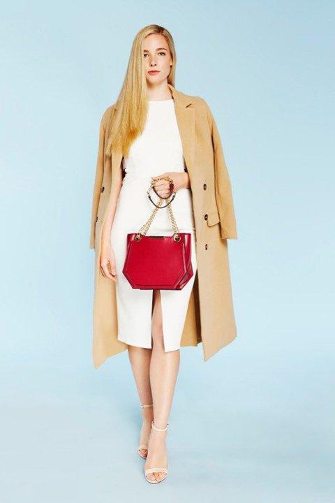 meliebiancoのReed(Tan)/海外ファッション好きにオススメのインポートバッグ、MelieBianco(メリービアンコ)のバッグやショルダーバッグ。カクカクとしたジオメトリックシルエットが特徴のショルダーバッグ。ボディのシャープなイメージとゴールドパーツのコンビネーションが素敵なアイテムです。/main-6