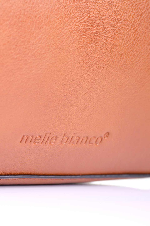 meliebiancoのByron(Saddle)/海外ファッション好きにオススメのインポートバッグ、MelieBianco(メリービアンコ)のバッグやショルダーバッグ。メリービアンコ自慢のシットリとしたビーガンレザーを使用したコンパクトなショルダーバッグ。ファスナーの引手についたマルチカラーのタッセルが可愛いアクセント。/main-8