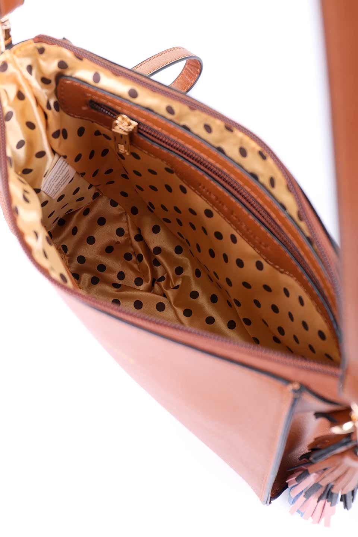 meliebiancoのByron(Saddle)/海外ファッション好きにオススメのインポートバッグ、MelieBianco(メリービアンコ)のバッグやショルダーバッグ。メリービアンコ自慢のシットリとしたビーガンレザーを使用したコンパクトなショルダーバッグ。ファスナーの引手についたマルチカラーのタッセルが可愛いアクセント。/main-9