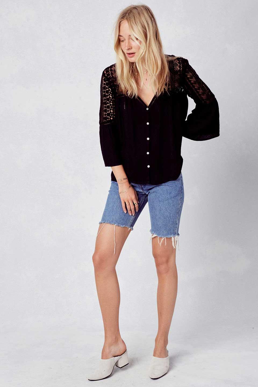 LOVESTITCHのAvaBlouse(Black)ベルスリーブ・レースブラウス/海外ファッションが好きな大人カジュアルのためのLOVESTITCH(ラブステッチ)のトップスやシャツ・ブラウス。立体感のあるジャカート織とクロシェレースのブラウス。暑い夏の日でも涼しげな絶妙な袖の長さです。/main-5