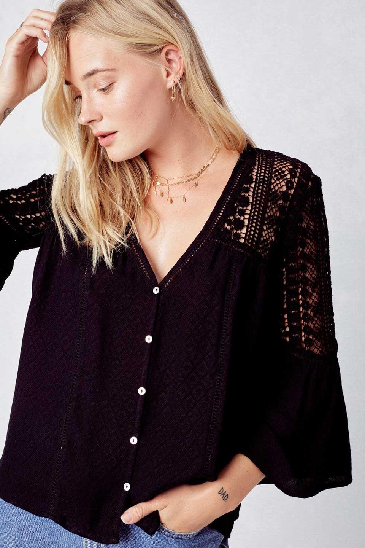 LOVESTITCHのAvaBlouse(Black)ベルスリーブ・レースブラウス/海外ファッションが好きな大人カジュアルのためのLOVESTITCH(ラブステッチ)のトップスやシャツ・ブラウス。立体感のあるジャカート織とクロシェレースのブラウス。暑い夏の日でも涼しげな絶妙な袖の長さです。/main-8