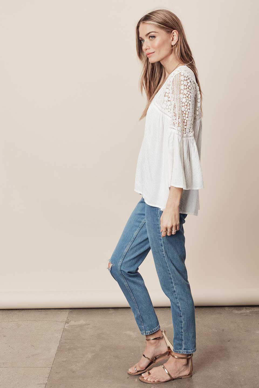 LOVESTITCHのAvaBlouse(OffWhite)ベルスリーブ・レースブラウス/海外ファッションが好きな大人カジュアルのためのLOVESTITCH(ラブステッチ)のトップスやシャツ・ブラウス。立体感のあるジャカート織とクロシェレースのブラウス。暑い夏の日でも涼しげな絶妙な袖の長さです。/main-6