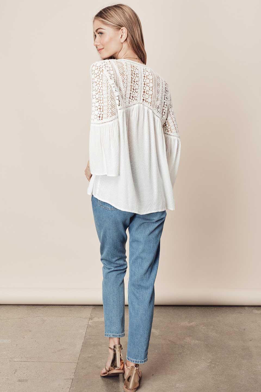 LOVESTITCHのAvaBlouse(OffWhite)ベルスリーブ・レースブラウス/海外ファッションが好きな大人カジュアルのためのLOVESTITCH(ラブステッチ)のトップスやシャツ・ブラウス。立体感のあるジャカート織とクロシェレースのブラウス。暑い夏の日でも涼しげな絶妙な袖の長さです。/main-7
