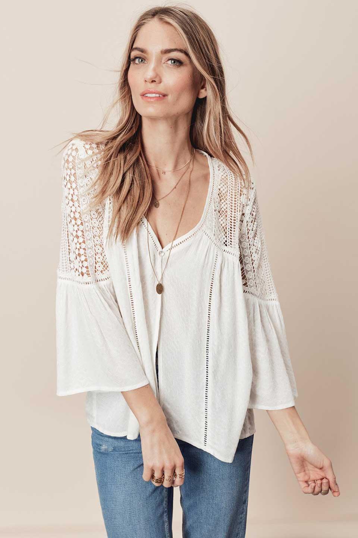LOVESTITCHのAvaBlouse(OffWhite)ベルスリーブ・レースブラウス/海外ファッションが好きな大人カジュアルのためのLOVESTITCH(ラブステッチ)のトップスやシャツ・ブラウス。立体感のあるジャカート織とクロシェレースのブラウス。暑い夏の日でも涼しげな絶妙な袖の長さです。/main-9