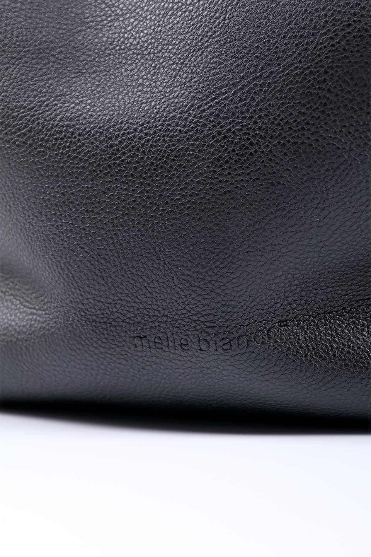 meliebiancoのClara(Black)ライトウェイト・ショルダーバッグ/海外ファッション好きにオススメのインポートバッグとかばん、MelieBianco(メリービアンコ)のバッグやショルダーバッグ。持ち手のリボンがポイントの軽量ショルダーバッグ。肩にかけたままスマートフォンなどを取り出しやすい縦のポケットがとても便利です。/main-11