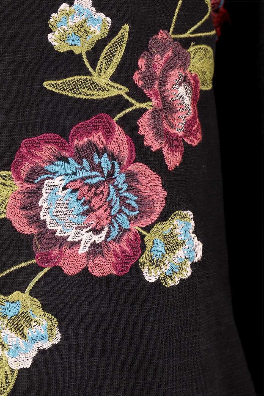 FlyingTomatoのFlowerEmbroideredOpenRuffleSleeveTopオープンショルダー・刺繍スウェット/海外ファッション好きにオススメなFlyingTomato(フライングトマト)のトップスやカットソー。大胆な花の刺繍が目を引くスウェットのトップス。前面の花柄ではないところがちょっと大人っぽい雰囲気です。/main-13