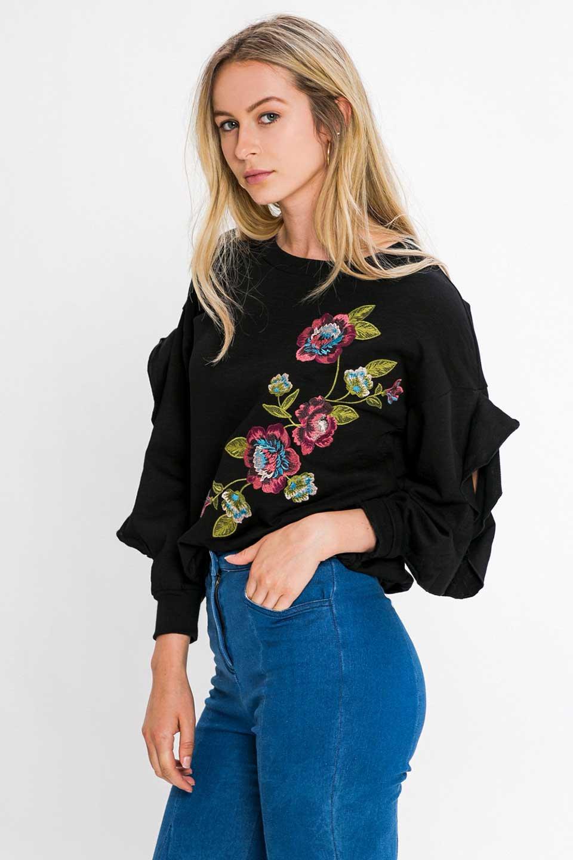 FlyingTomatoのFlowerEmbroideredOpenRuffleSleeveTopオープンショルダー・刺繍スウェット/海外ファッション好きにオススメなFlyingTomato(フライングトマト)のトップスやカットソー。大胆な花の刺繍が目を引くスウェットのトップス。前面の花柄ではないところがちょっと大人っぽい雰囲気です。/main-6