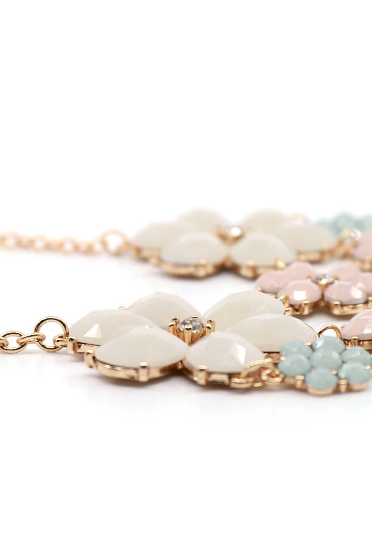 L.A.直輸入のFloralStatementNecklaceフラワーモチーフ・ネックレス大人カジュアルに最適な海外ファッションのothers(その他インポートアイテム)のアクセサリーやネックレス。花のモチーフが胸元を飾るネックレス。淡いカラーの花のペンダントが華やかに彩ります。/main-3