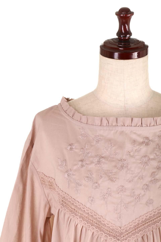 FrilledStandCollarBlouseフリルスタンドカラー・刺繍ブラウス大人カジュアルに最適な海外ファッションのothers(その他インポートアイテム)のトップスやシャツ・ブラウス。低めのフリルスタンドカラーがポイントの刺繍ブラウス。人気のフリルスタンドカラーを首元が広めのボートネック風にしたアイテム。/main-22
