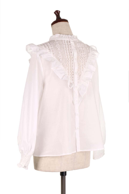 FrilledVCutBlouseフリルV字切替えブラウス大人カジュアルに最適な海外ファッションのothers(その他インポートアイテム)のトップスやシャツ・ブラウス。フリルと刺繍の切替えが可愛いコットブラウス。前後の大きめのVゾーンをフリルで飾り付けしたブラウス。/main-8