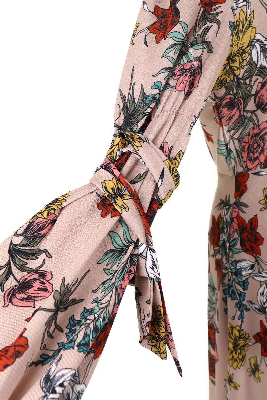 VBacklessFloralDressオープンバック・花柄ワンピース大人カジュアルに最適な海外ファッションのothers(その他インポートアイテム)のワンピースやミニワンピース。背中が大胆に開いたオープンバックの花柄ワンピース。肘の部分はゴムで絞られおり、取り付けられたリボンを巻いて着用します。/main-6