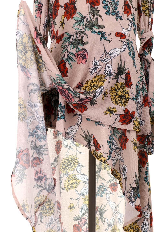 VBacklessFloralDressオープンバック・花柄ワンピース大人カジュアルに最適な海外ファッションのothers(その他インポートアイテム)のワンピースやミニワンピース。背中が大胆に開いたオープンバックの花柄ワンピース。肘の部分はゴムで絞られおり、取り付けられたリボンを巻いて着用します。/main-8