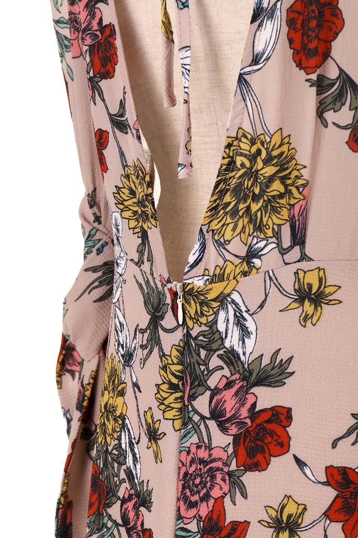VBacklessFloralDressオープンバック・花柄ワンピース大人カジュアルに最適な海外ファッションのothers(その他インポートアイテム)のワンピースやミニワンピース。背中が大胆に開いたオープンバックの花柄ワンピース。肘の部分はゴムで絞られおり、取り付けられたリボンを巻いて着用します。/main-9