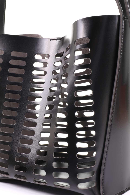meliebiancoのMercer(Black)ポーチ付きパテントショルダーバッグ/海外ファッション好きにオススメのインポートバッグとかばん、MelieBianco(メリービアンコ)のバッグやショルダーバッグ。艶やかなパテントビーガンレザーを使用したショルダーバッグ。艶とメッシュの涼しげなバッグです。/main-11